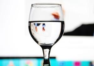 Positives Denken per Wasserglas. Wie siehst du es? Halb voll oder halb leer?