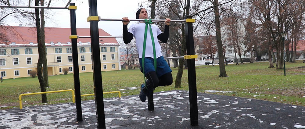 Klimmzug, Widerstandsband, Mann, Workout Park