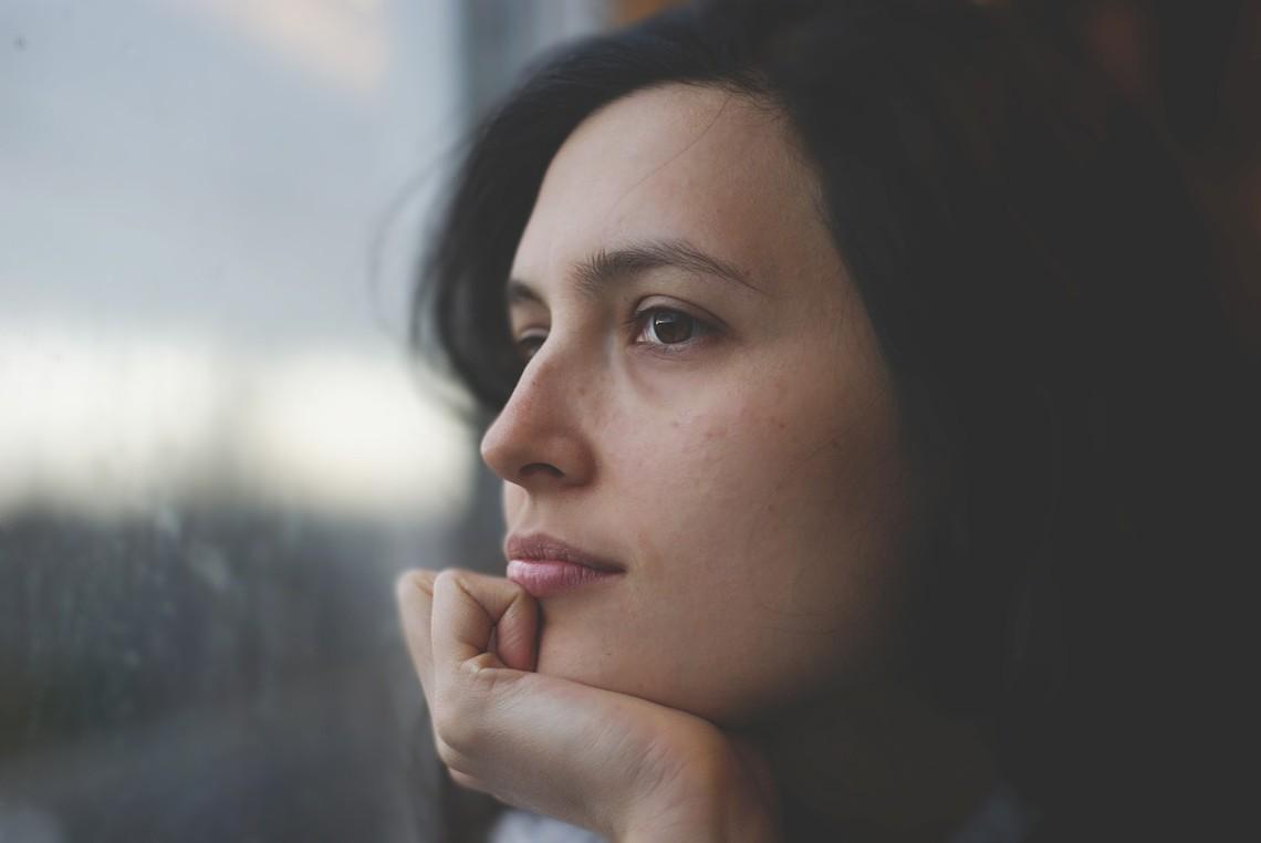 Denk darüber nach, was das Schlimmste wäre, das passieren kann, wenn du dein Leben veränderst. Dadurch kommst du deinen Ängsten auf den Grund.