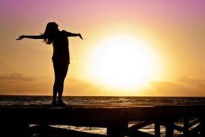 Vitamin D wird vor allem durch Sonneneinstrahlung auf deine Haut in deinem Körper gebildet.