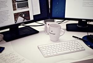 Lass deinen Arbeitsplatz mal ein Weilchen alleine und besuch deine Kollegen in ihrem Büro, um wichtige Dinge zu besprechen.